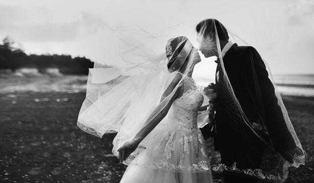 H τριπλή αλλαγή δακτυλιδιών-στεφάνων και ο χορός του Ησαΐα στη γαμήλια τελετή