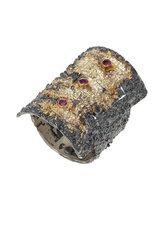 γυναικείο δαχτυλίδι, με ανάγλυφη επιφάνεια, αρχαϊκής τεχνοτροπίας, χειροποίητο, σε ασήμι 925' επενδεδυμένο με χρυσό 18 καρατίων και 3 ρουμπίνια 0,09 ct / 2DA0205