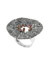 γυναικείο δαχτυλίδι, σε σχήμα δίσκου, με ανάγλυφη επιφάνεια, αρχαϊκής τεχνοτροπίας, χειροποίητο, σε ασήμι 925'επενδεδυμένο με χρυσό 18 καρατίων και 7 ρουμπίνια 0,24 ct. / 2DA0236