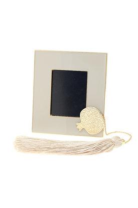 κορνίζα φωτογραφίας, από ορείχαλκο με λευκό σμάλτο, με διακοσμητικό ρόδι με αλυσίδα και φούντα / 2ΚΟ0501